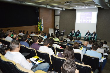 [noticia: abenc-go-discute-empreendedorismo-na-engenharia] 74 profissionais e estudantes de diversas modalidades da engenharia prestigiaram o evento - MESA_REDONDA_ABENC_01.JPG