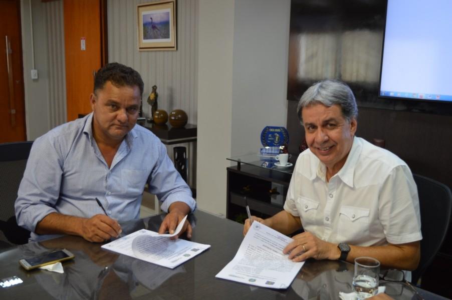 [noticia: crea-go-e-prefeituras-de-mossamedes-e-morrinhos-firmam-acordo-de-cooperacao-tecnica] Cacio Moreira Adorno (E) e Francisco Almeida (D), assinam acordo - FOTO_2_ASSINATURA.JPG