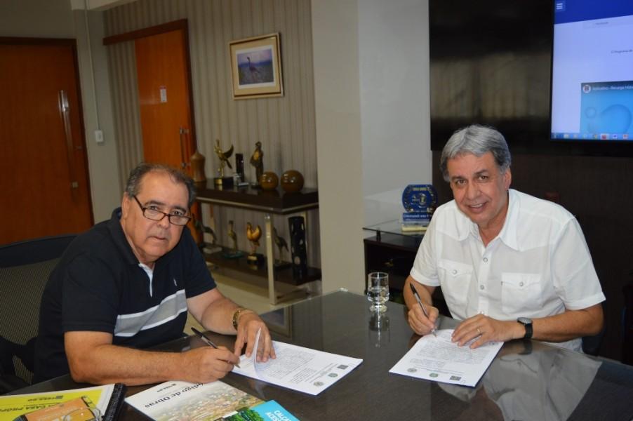 [noticia: crea-go-e-prefeituras-de-mossamedes-e-morrinhos-firmam-acordo-de-cooperacao-tecnica] Rogério Troncoso Chaves (E) e Francisco Almeida (D) também assinam acordo - FOTO_4_ASSINATURA.JPG