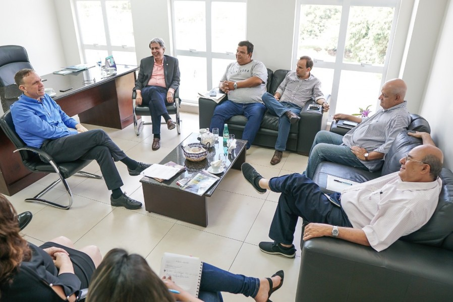 [noticia: parceria-entre-crea-e-secovi-aumenta-contratacao-de-engenheiros-em-condominios] As equipes do Crea-GO e do SecoviGoiás discutem a continuidade da parceria para 2020 - REUNIAO_CREA-GO_SECOVIGOIÁS.jpeg