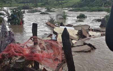 [noticia: semad-emite-alerta-de-atencao-para-barragens-em-goias] Em 4 de janeiro, o rompimento de uma barragem após temporal causou destruição em Pontalina (Foto: Vanessa Martins/G1) - ROMPIMENTO_REPRESA_PONTALINA.jpg