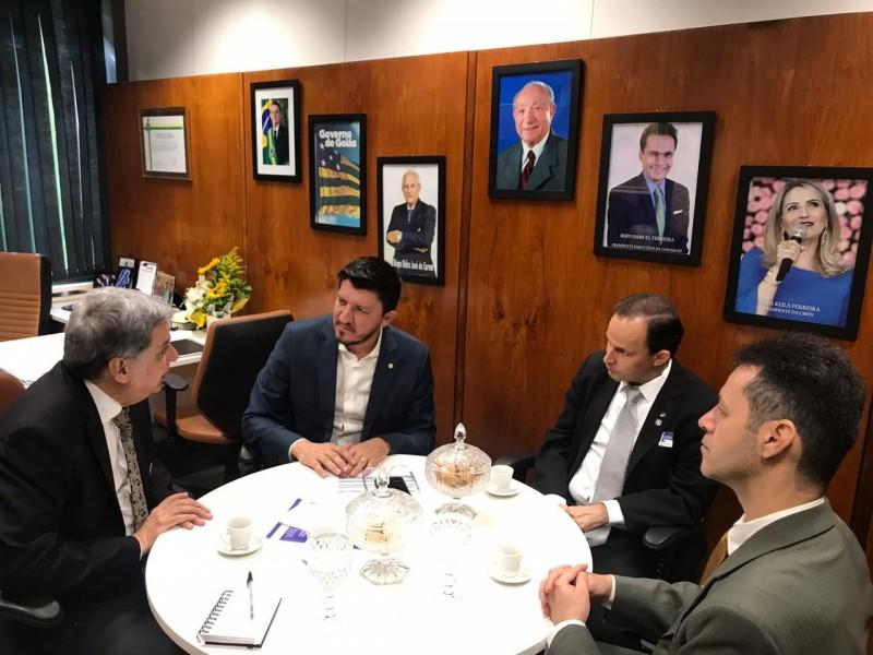 [noticia: crea-go-participa-de-acao-parlamentar-em-brasilia] Francisco Almeida (E), Glaustin da Fokus, Victor Resende e Lamartine Moreira (D) discutem a Agenda Parlamentar e ações do Crea-GO - AÇÃO_PARLAMENTAR_02.jpeg