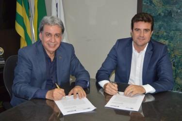 [noticia: crea-go-e-amma-formalizam-parceria-com-acordo-de-cooperacao] Francisco Almeida (E) e Gilberto Marques assinam o termo de cooperação técnica entre Crea-GO e AMMA - ACORDO_COOPERACAO_AMMA_01.JPG