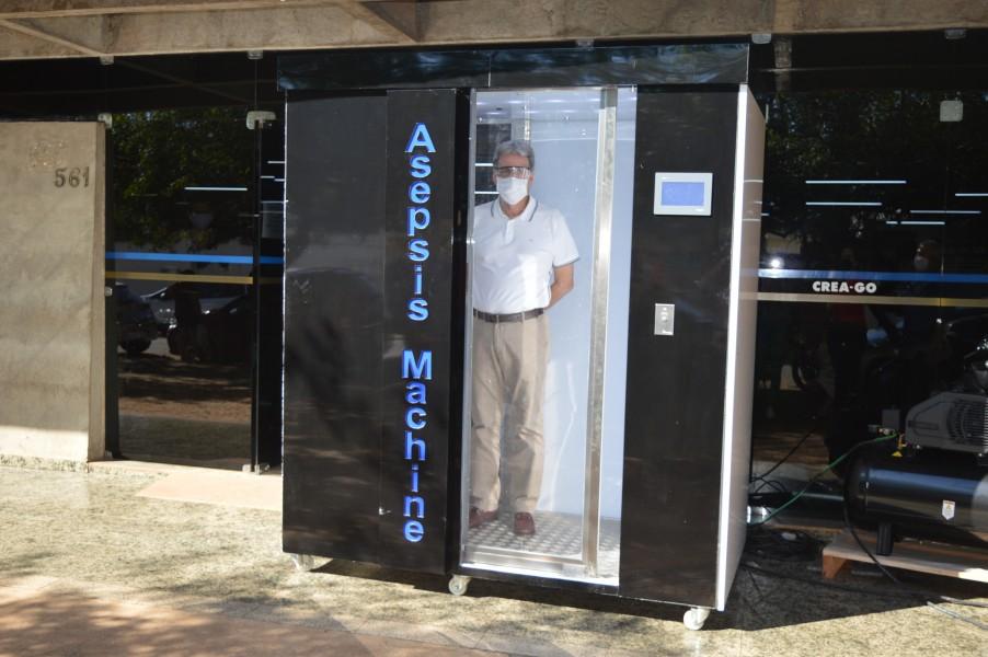 [noticia: crea-go-recebe-engenheiro-que-desenvolveu-cabine-de-desinfeccao-contra-coronavirus] Presidente experimenta a Asepsis Machine - Presidente na máquina.JPG