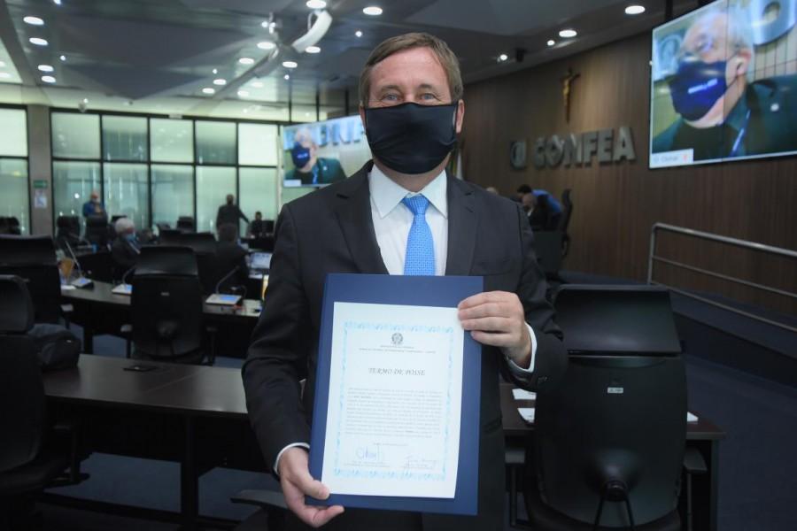 [noticia: engenheiro-joel-kruger-e-reeleito-presidente-do-confea] Presidente reeleito Joel Krüger exibe termo de posse do mandato 2021-2023 - PRESIDENTE CONFEA JOEL KRÜGER.jpg