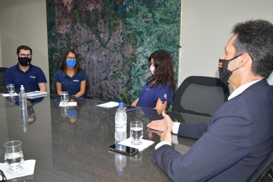 [noticia: lamartine-moreira-recebe-representantes-do-crea-go-jovem] Os coordenadores Matheus Salles (E) e Maria Laura Santana ouviram as propostas do Crea-GO - REUNIÃO CREA-GO JOVEM 02.JPG