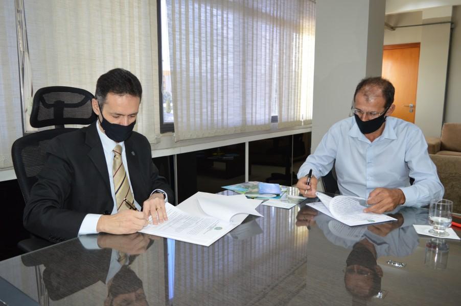 [noticia: crea-e-prefeitura-de-estrela-do-norte-firmam-acordo-de-cooperacao-tecnica-pela-primeira-vez] Lamartine (E) e o prefeito Edmar Assis assinam o acordo de cooperação técnica entre o Conselho e a Prefeitura de Estrela do Norte - DSC_0034.JPG