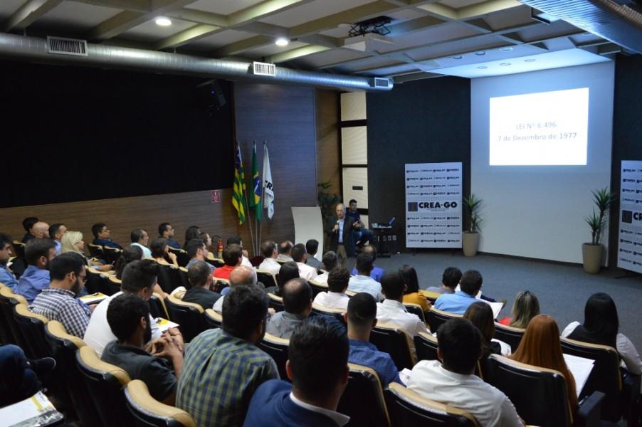 [noticia: conselho-recebe-novos-profissionais-em-goiania] O diretor financeiro da Mútua, Eng. Civ. Luiz Soares de Queiroz, explica aos recém-formados quais são os benefícios disponíveis da Mutua-GO - ENTREGA_3.JPG
