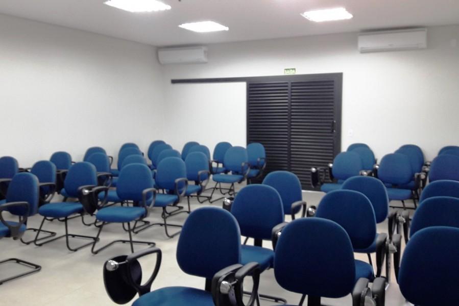 [noticia: casas-da-engenharia-estao-a-servico-da-sociedade-afirma-francisco-almeida] Um auditório com capacidade para 40 pessoas foi construído na Casa da Engenharia de Mineiros - CASA_ENGENHARIA_MINEIROS_03.jpg