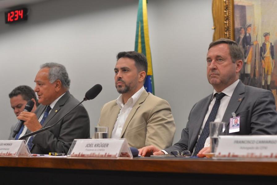 [noticia: audiencia-publica-debate-a-pec-10819-na-camara-dos-deputados] Presidente Joel na audiência da CCJ, ao lado do relator Édio Lopes (ao microfone) e do deputado Léo Moraes - pec108_02.jpg
