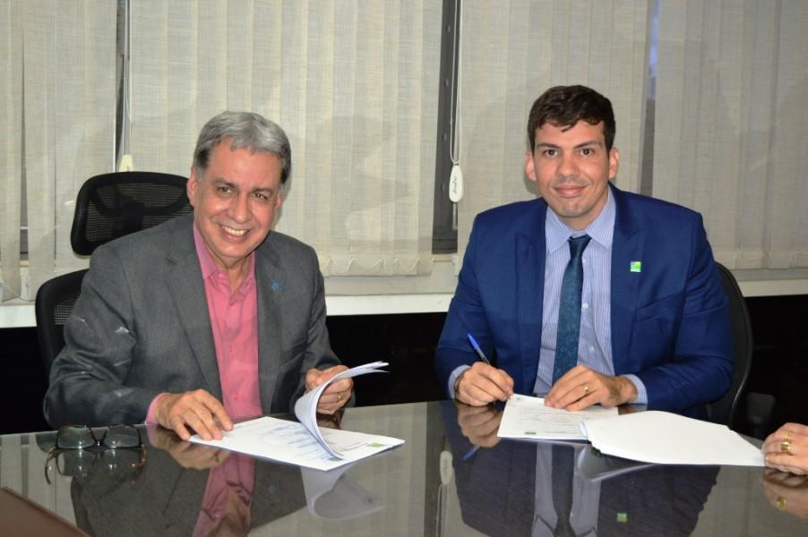 [noticia: crea-e-goinfra-firmam-parceria] Francisco Almeida (E) e Pedro Sales assinam o acordo de cooperação entre Crea e Goinfra - ASSINATURA_GOINFRA_01.JPG