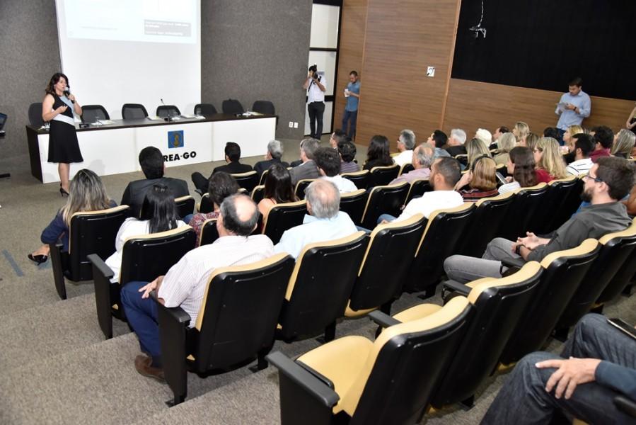 [noticia: crea-go-e-alego-firmam-acordo-inedito-no-brasil-2] Rosana Brandão faz uma breve apresentação sobre o Sistema Confea/Crea e sobre a atuação do Conselho goiano - ASSINATURA_ALEGO_05.JPG