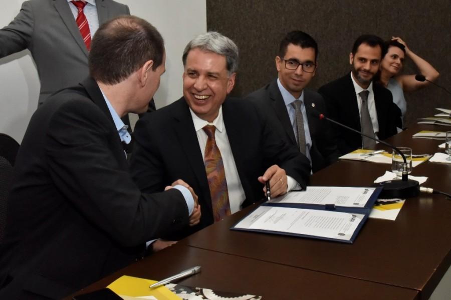 [noticia: crea-go-e-alego-firmam-acordo-inedito-no-brasil-2] Lissauer Vieira (E) e Francisco Almeida firmam o acordo acompanhados por representantes do Crea e da Alego - ASSINATURA_ALEGO_01.JPG
