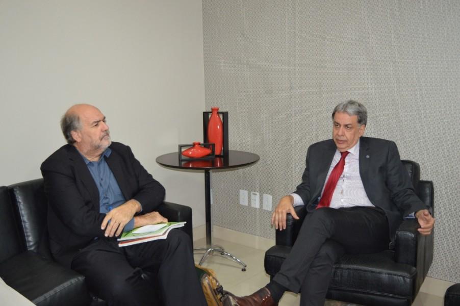 [noticia: presidente-do-crea-recebe-visita-do-coordenador-da-onu-habitat-no-brasil] Alain Grimard (E) e Francisco Almeida (D)discutem sobre a Soea e o programa Cidades Verdes - ONU_1.JPG